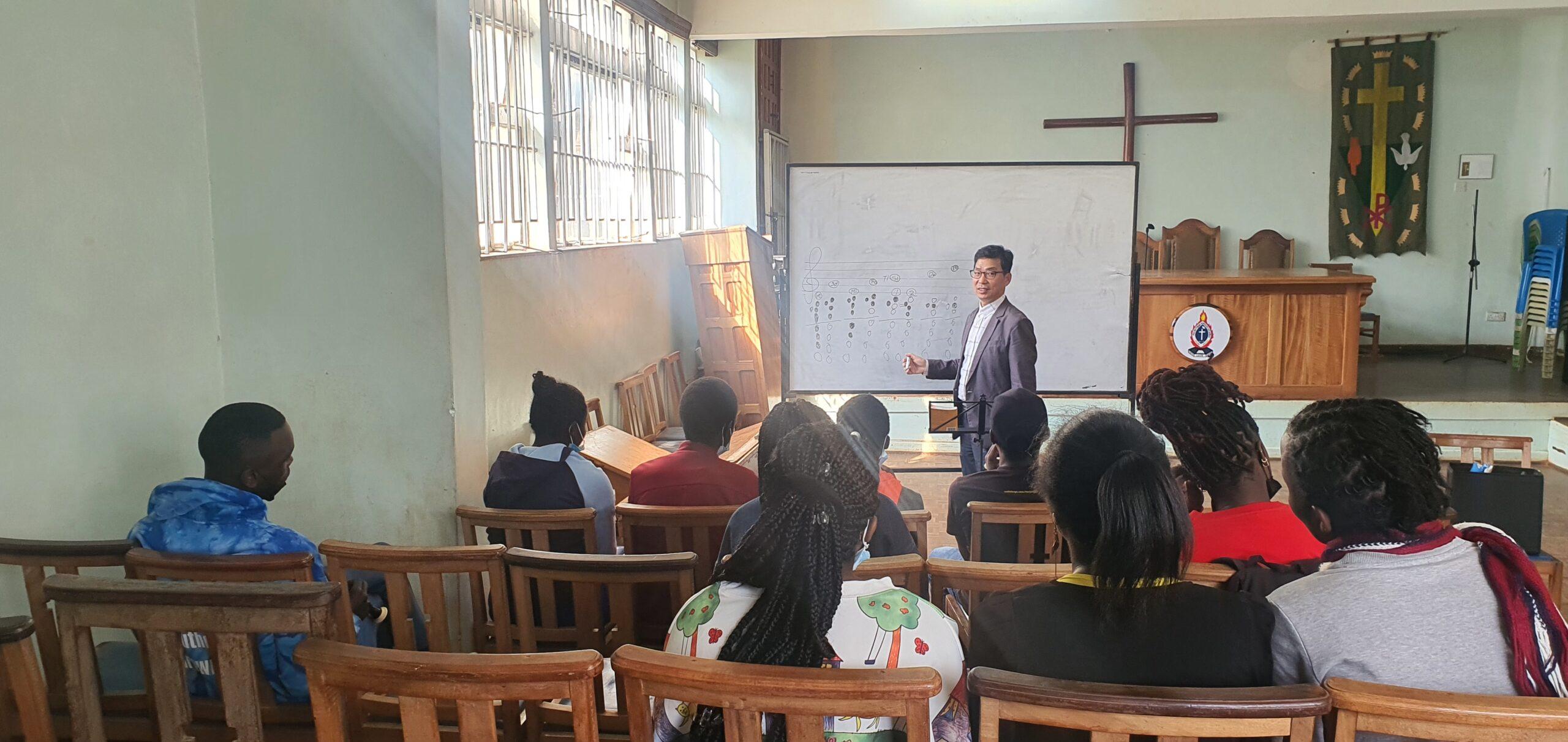 Puea대학교 합창리코더 이론수업중인 케냐 김철원 선교사